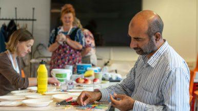 Asukastilassa syntyy taidetta laatoista ja pulpeteista